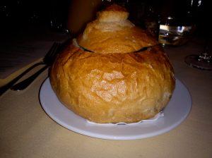 Korvsoppa i brödskål