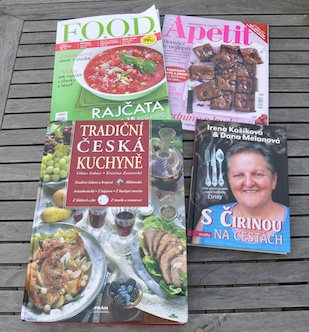 Kokböcker och tidningar på tjeckiska
